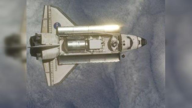 Astronautas de la NASA examinan los daños hallados en las losetas térmicas del Endeavour