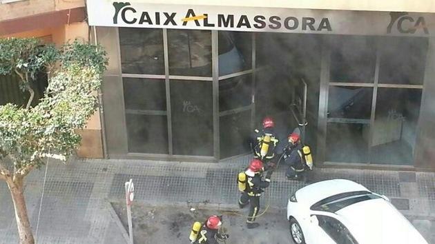 Una española desesperada se quema a lo bonzo en una sucursal bancaria en Castellón
