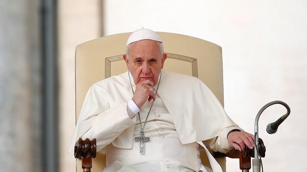 """Critican a Francisco por convertir la Iglesia católica en un """"barco sin timón"""""""