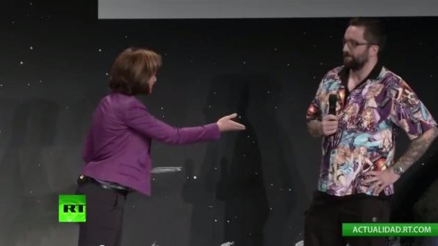 Video: Experto de Rosetta llora disculpándose por la camisa que llevaba en la prueba