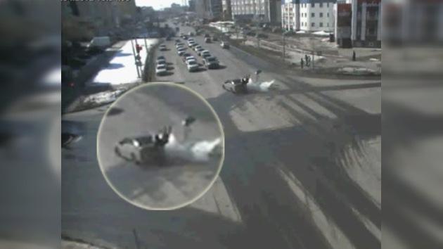 Video: 'caballito' salva la vida a un motero en Siberia