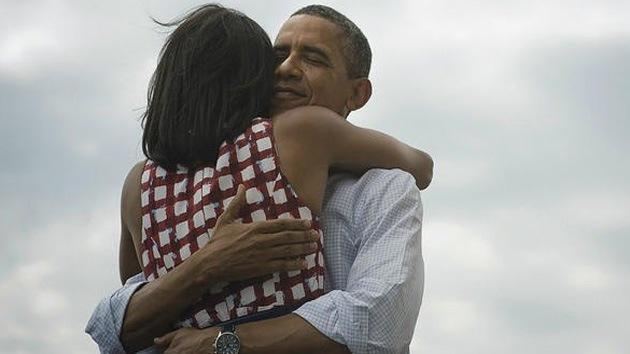 El abrazo de Obama con su esposa, la foto más compartida de la historia