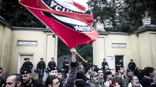 Las protestas obligan a suspender el funeral del exnazi Erich Priebke en Italia