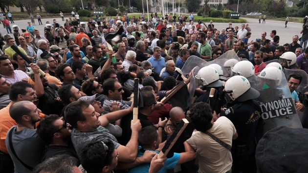 Violentos choques en Atenas: manifestantes asaltan el Ministerio de Defensa