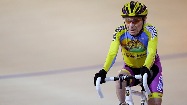 Un ciclista de 102 años bate su propio récord