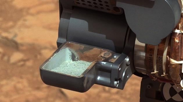 La NASA publica las primeras imágenes del polvo de roca extraído en Marte