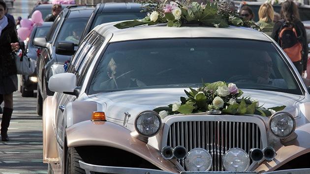 Detenido un cortejo nupcial de coches de lujo por disparar al aire en el centro de Moscú