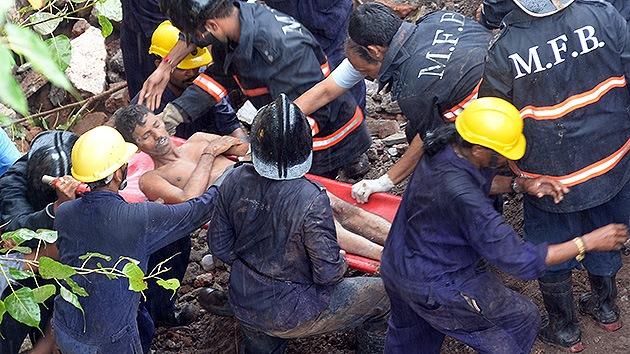 Video, fotos: 60 muertos en el derrumbe de un edificio en la India