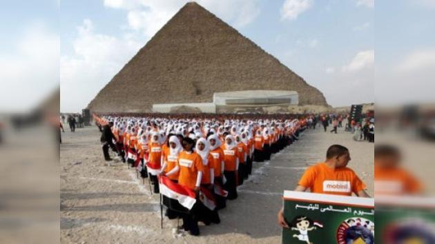 Huérfanos árabes fijan un Récord Guinness al pie de las pirámides de Giza