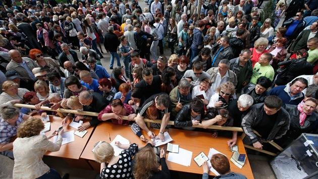 Gigantescas colas en Lugansk y Donetsk para votar sobre la independencia
