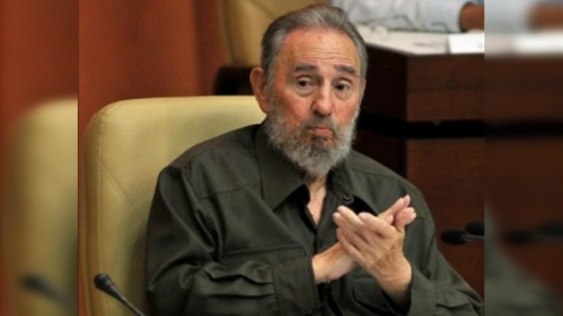 Fidel Castro asiste al discurso de un científico estadounidense