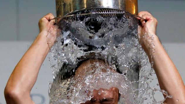 El 'Ice Bucket Challenge' provoca accidentes y alarma a los católicos