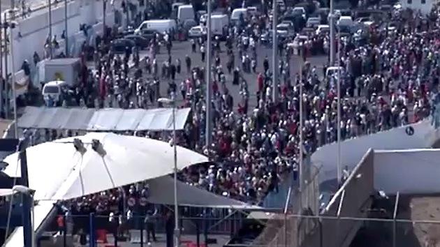 Video: La Policía emplea gas lacrimógeno contra 3.000 personas en Ceuta