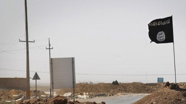 Imágenes impactantes: Bebé patea la cabeza de un hombre degollado por el Estado Islámico