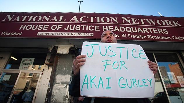 """El policía que disparó a Akai Gurley """"envió un mensaje de texto"""" en vez de solicitar ayuda"""