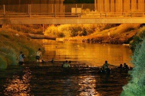 El agua tóxica del río Nuevo: una carrera de obstáculos para los mexicanos que cruzan a EE. UU.