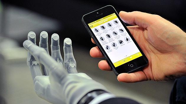 Video: Crean una mano biónica manipulable desde un teléfono móvil