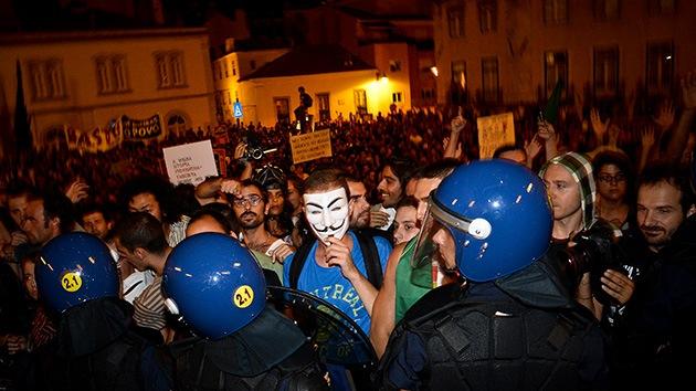 Vídeo: portugueses lanzan petardos y bengalas contra la Troika
