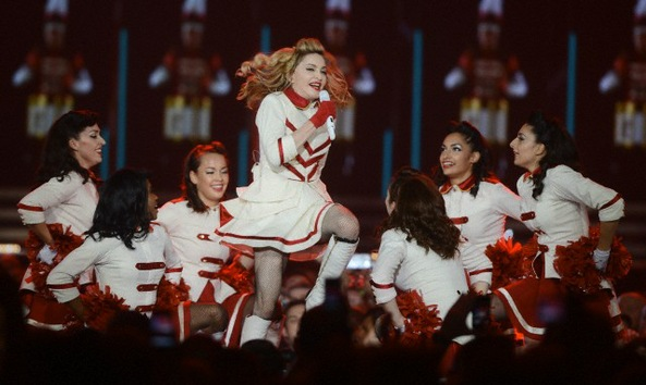 VIDEO: Los fans abuchean a Madonna por su corto concierto en París
