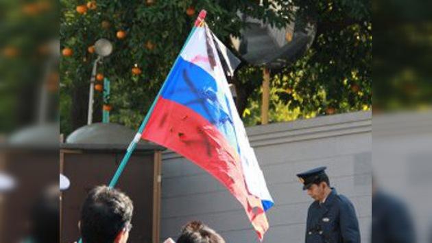 Ultraderechistas nipones ultrajan la bandera rusa en Tokio
