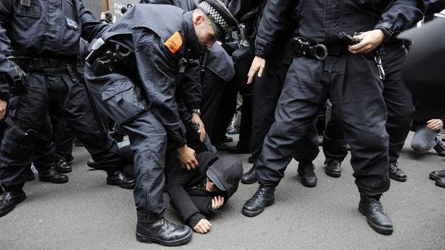 Protestas contra el G8: Policía británica arrasa con el 'Carnaval contra el capitalismo'