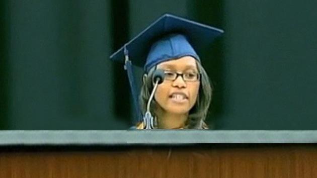 Estudiando a la luz del teléfono móvil una joven se gradúa como mejor de su promoción