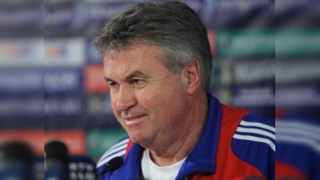 Guus Hiddink seguirá dirigiendo a la selección rusa al menos hasta julio