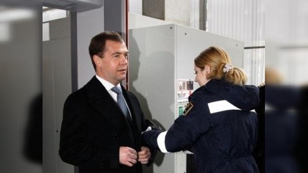 Dmitri Medvédev revisó el control de seguridad en un aeropuerto de Moscú