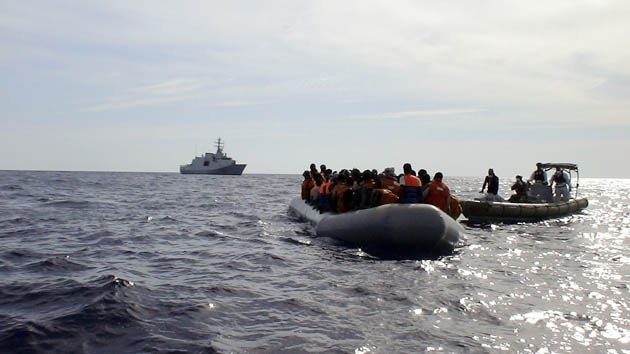 Un barco con 400 personas a bordo se hunde al sur de Sicilia
