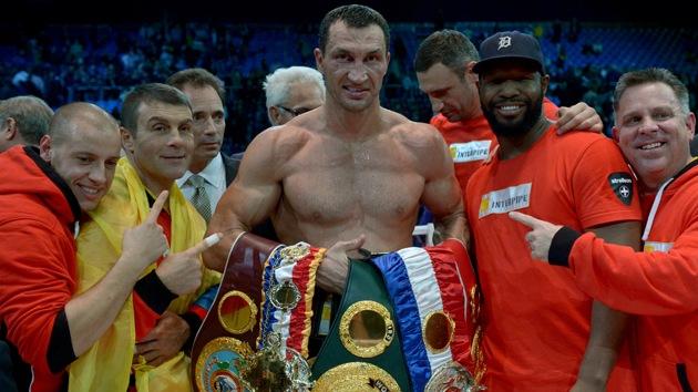 Lucha de titanes: el ucraniano Klitschko gana a los puntos al ruso Povetkin