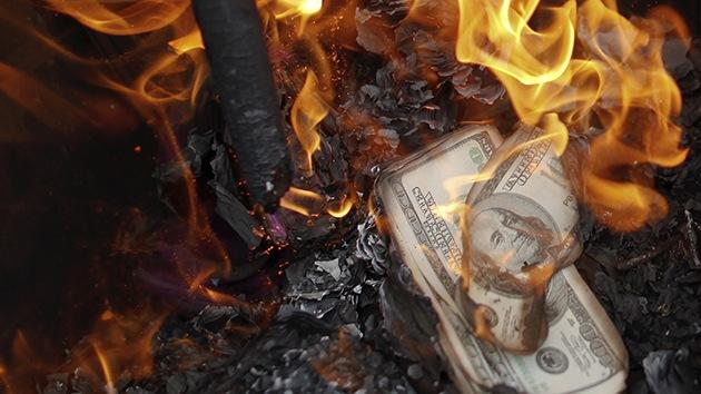 Aconsejan deshacerse de los dólares ante el colapso del sistema monetario de EE.UU.