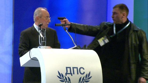 Video: Un hombre intenta asesinar al líder de un partido búlgaro en pleno mitin