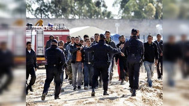 Unos refugiados de Túnez prenden fuego a la parroquia de Lampedusa