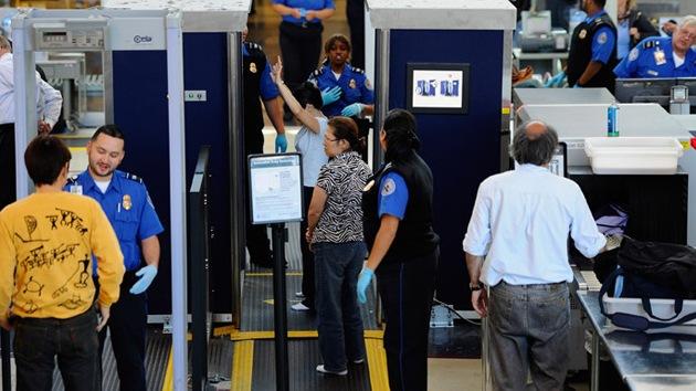 Controles de seguridad de un aeropuerto de EE.UU. permiten pasar una bomba falsa