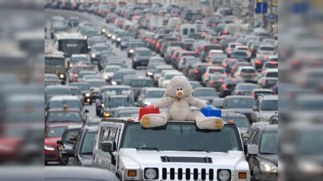 """Marcha sobre ruedas en Moscú: opositores al volante piden """"elecciones justas"""""""