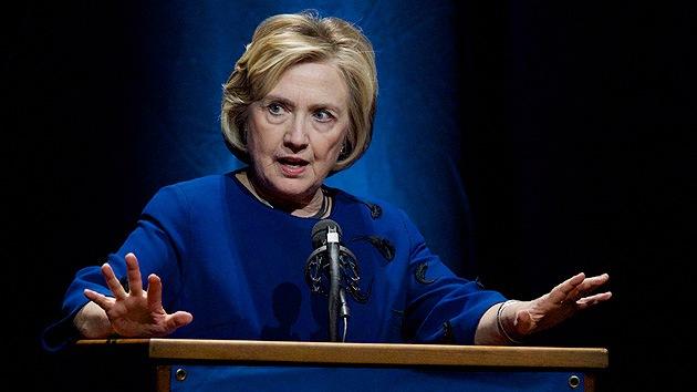 Video: Lanzan un zapato a Hillary Clinton en pleno discurso
