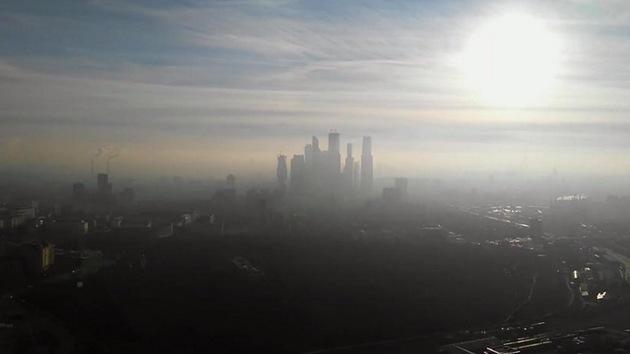 Video: Una niebla misteriosa con olor a azufre cubre Moscú