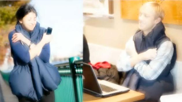 Video: Un chaleco permite a los usuarios de Facebook 'abrazarse' a distancia