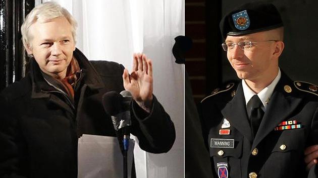 Assange y otros activistas demandan más transparencia en el juicio contra Manning