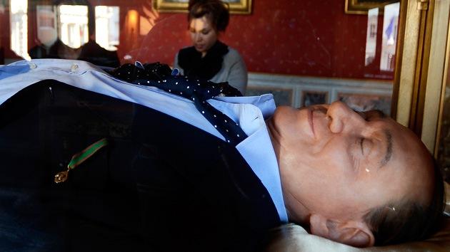 'El Sueño de los Italianos': se expone una estatua de Berlusconi muerto