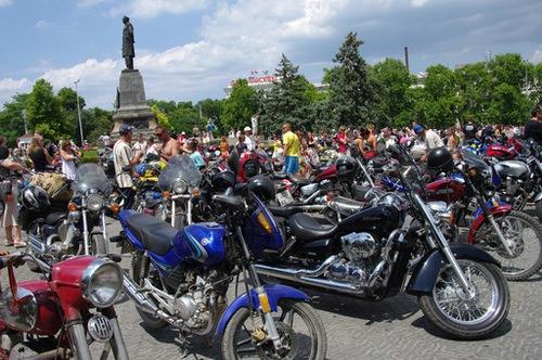El primer ministro de Rusia, Vladímir Putin, se presentó en el Festival Internacional de 'Bikers' en su motocicleta