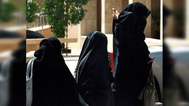 Indultan a la activista saudí condenada a 10 latigazos por llevar un vehículo