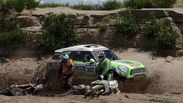 El Rally Dakar, lucha de dos en coches y carrera abierta en motos