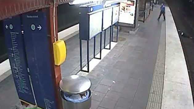 Video: Un ladrón roba a un hombre ebrio que se cayó a las vías del metro