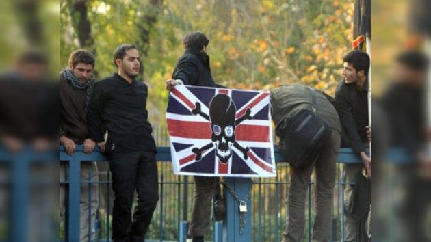 Los manifestantes iraníes abandonan la Embajada británica