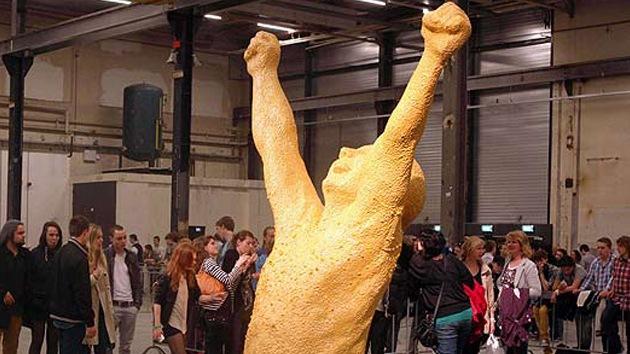 Una escultura de chicle simboliza la unión de dos escuelas de arte