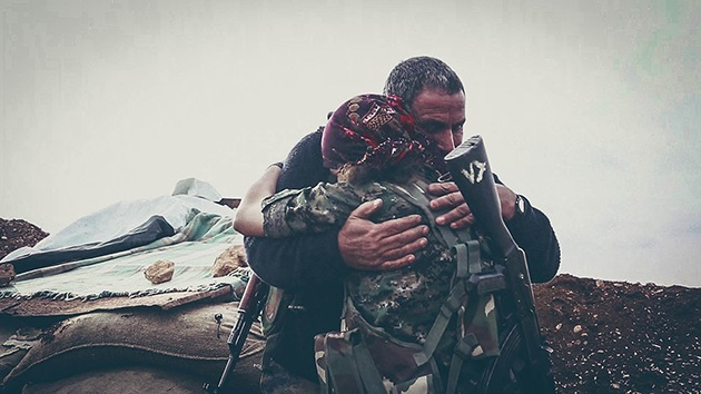 Impactantes imágenes: reencuentro de padre e hija en el frente kurdo contra el EI