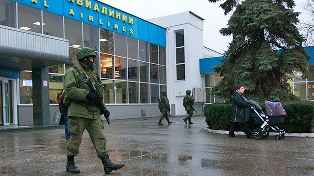 Los hombres sin identificar que tomaron el aeropuerto de Simferópol comienzan a retirarse