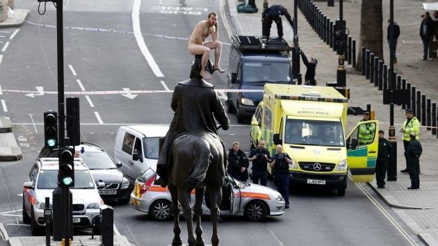 Video, Fotos: Un hombre desnudo paraliza Londres desde la cima de un monumento