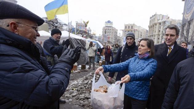 Video: Subsecretaria de Estado de EE.UU. reparte pan entre los manifestantes en Kiev